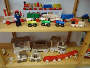 Holzspielzeug Eisenbahnen Autos Kräne Laster Trecker